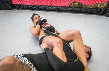Пара делает обучение ММА в клетке. боевых искусств и фитнес