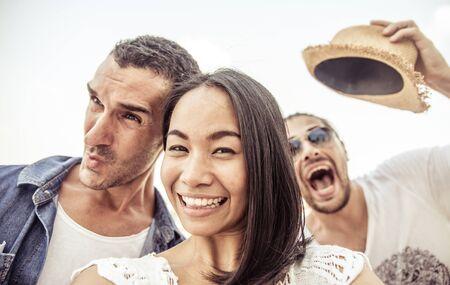 gente loca: Selfie loco con caras divertidas. tres personas que toman autorretratos