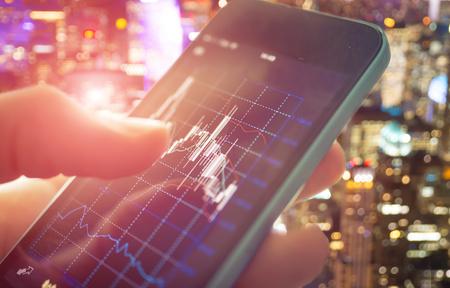 comercio: Hacer el comercio en línea en el teléfono inteligente. Nuevas formas de hacer que la economía y el comercio Foto de archivo