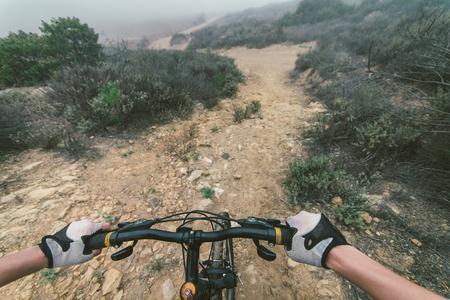 Giovane donna che fa in discesa con la sua mountain bike. concetto di sport e la gente Archivio Fotografico