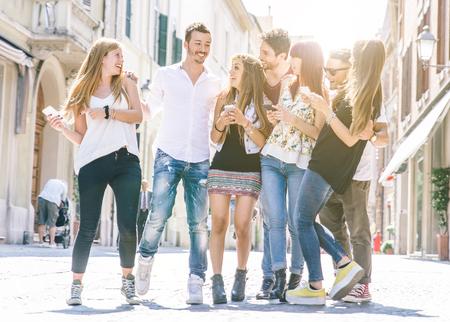 Grupo de amigos caminando en el centro de la ciudad y que se divierten.
