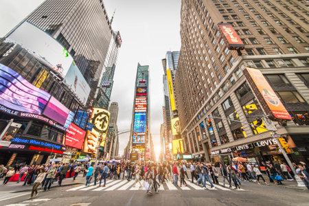 Tiempo: NUEVA YORK -OCTUBRE 4, 2015: Times Square en la puesta del sol, New York.Times Square es un símbolo de la ciudad de Nueva York y los Estados Unidos