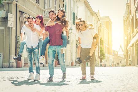 groep vrienden spelen rond in het centrum van de stad. Concept over jeugd en mensen