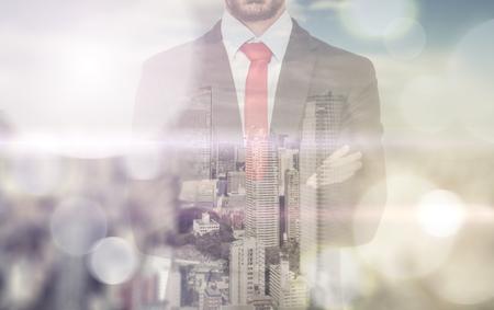 hombre rojo: Doble exposición con el hombre de negocios y horizonte de la ciudad Foto de archivo