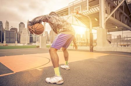 Reproductor de entrenamiento de baloncesto en la cancha. concepto sobre backetball y el deporte Foto de archivo