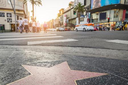 HOLLYWOOD, CA - 11 de octubre 2015: Paseo de la Fama en la puesta del sol en Hollywood Boulevard. En 1958, el Paseo de la Fama fue creado como un homenaje a los artistas que trabajan en la industria del entretenimiento.