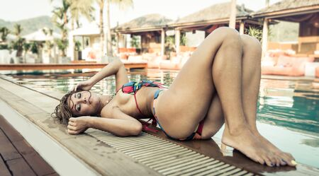 junge nackte m�dchen: Sch�ne Frau auf der Seite des Pools liegen. Konzept �ber Mode und Sch�nheit
