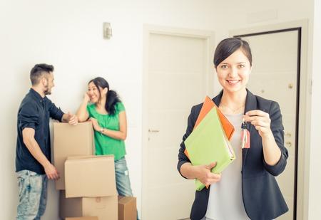 Агент по недвижимости Portait с семьей получает новый дом. бизнес-концепция о рынке недвижимости Фото со стока
