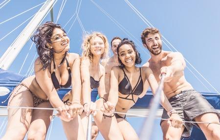 Gruppe Freunde, die Einnahme von selfie vom Boot aus. Konzept über Menschen, Spaß und Transport