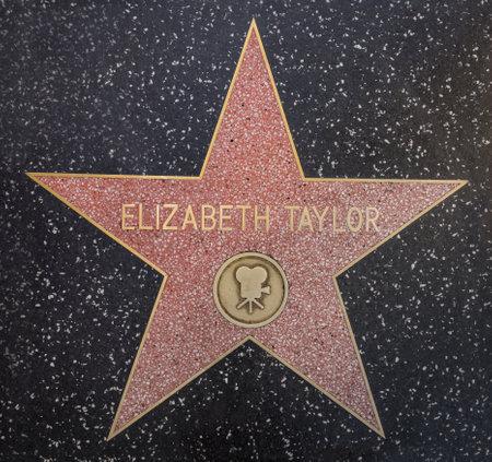 할리우드, 캘리포니아 - 년 10 월 8,2015 : 할리우드, 캘리포니아에 명예의 할리우드 워크에 엘리자베스 테일러 스타. 이 별은 할리우드 넓은 길에 위치 240