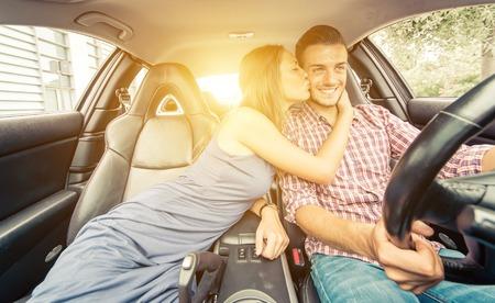 Glückliche Paare auf einem Sportwagen zu fahren. Konzept über den Transport und die Liebe Standard-Bild