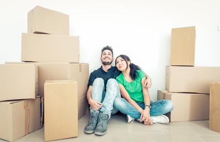 Jong paar dat zich in nieuw appartement. Concept over onroerend goed bedrijf en de mensen