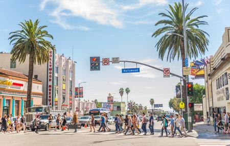 ハリウッド、カリフォルニア州 - 2015 年 10 月 11 日: ウォーク オブ フェイム夕暮れ時ハリウッド大通りで。1958 年、ハリウッド ・ ウォーク ・ オブ ・ フェームは、エンターテインメント業界で働く芸術家へのオマージュとして作成されました。 写真素材 - 49070402