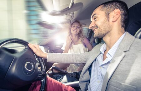 prostituta: par de conducción rápida en un coche deportivo. concepto sobre la relación, el transporte y las personas Foto de archivo