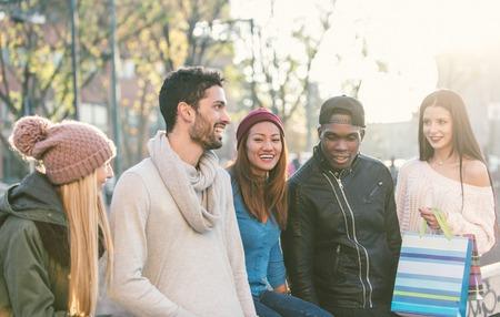 amicizia: gruppo di razza mista di amici che hanno divertimento all'aria aperta. concetto di persone, l'amicizia e l'autunno Archivio Fotografico