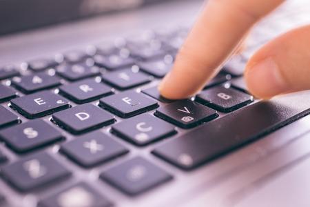 mecanografía: Ciérrese para arriba en los dedos mensajes de texto en un teclado de computadora