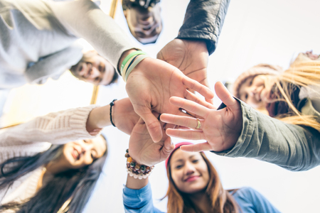 holding hands: Grupo de personas que apoyan unos a otros. Concepto sobre trabajo en equipo y freindship