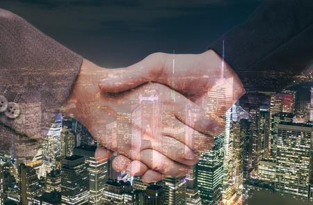 bienvenida: sacudida de la mano y el fondo urbano. Dos hombres de negocios que llegan a un acuerdo. concepto acerca de los negocios y las finanzas