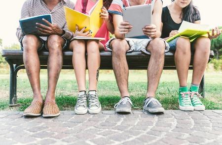 屋外を勉強している学生のグループ。教育、人々 と友情についての概念