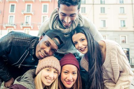 circulo de personas: Grupo de amigos que toman autofoto. Grupo multirracial poniendo caras juntos y tomar fotos