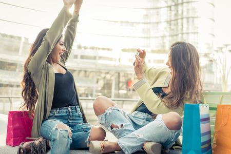 시내 중심에 재미 두 젊은 여성. 우정과 사람들에 대한 개념 스톡 콘텐츠