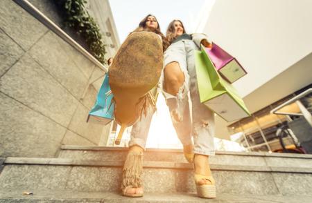 bajando escaleras: Cerca de un zapato de mujer, mientras que va abajo en las escaleras