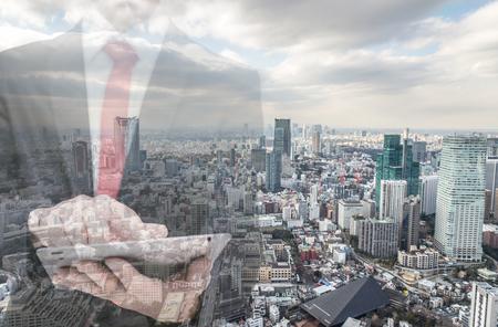 Dubbele belichting met zakenman en skyline van de stad. Man met behulp van tablet in een kantoor.