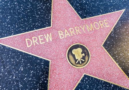 caminar: LOS ANGELES, CALIFORNIA - 08 de octubre 2015: Estrella Drew Barrymore en el Paseo de la Fama, Hollywood.This estrellas está situado en Hollywood Boulevard y es uno de 2.400 estrellas de la celebridad.