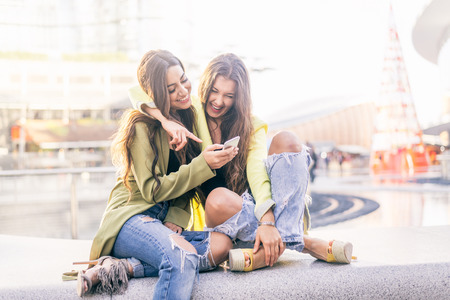 Euphoric Freunde Ansehen von Videos auf einem Smartphone und zeigen auf Bildschirm überrascht