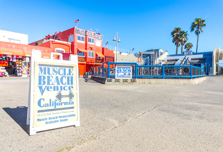 LOS ANGELES, CA - OCTOBER 8, 2015: Muscle Beach gym on Venice Beach, CA. Muscle Beach is a landmark, outdoor gym dating back to the 1930's where celebrities and famous bodybuilders trained. Imagens - 50547579
