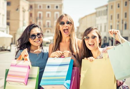 chicas de compras: Tres niñas felices en divertirse y hacer compras Foto de archivo
