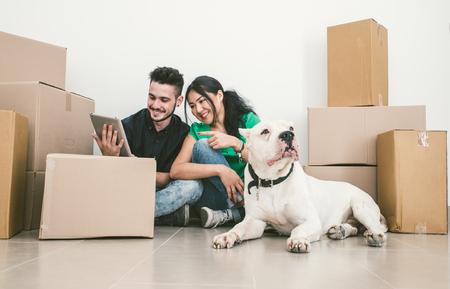 mujer con perro: Pares que se mueven nueva casa y la comprobación de soluciones en Internet