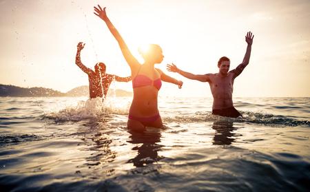 personas saltando: Grupo de amigos saltando y hacer fiesta en el agua. Celebrando el verano en un lugar tropical. Phuket, Tailandia Foto de archivo
