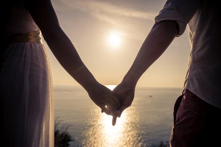 51349896-joven-pareja-de-enamorados-disfrutando-de-la-vista-en-un-cabo-en-tailandia-luna-de-miel-vacaciones-e.jpg?ver=6