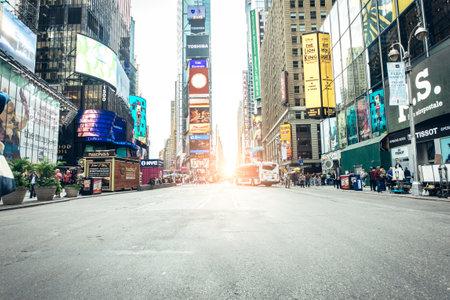 NEW YORK, DE VS - 27 SEPTEMBER, 2015: Times Square met Broadway-de Theaters wordt gekenmerkt en geanimeerde LEIDENE tekens, is een symbool van de Stad en de Verenigde Staten van New York