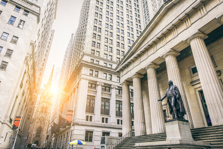 前面、ウォールストリート、マンハッタン、ニューヨーク市のワシントン像とフェデラル ・ ホールのファサード
