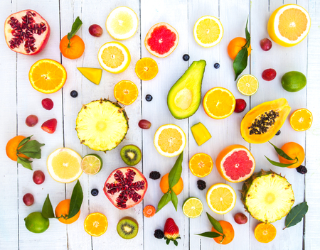 alimentacion: Mezcla de frutas de colores sobre fondo blanco de madera - Composición de frutas tropicales y mediterrean - Conceptos sobre la decoración, la alimentación saludable y el fondo del alimento