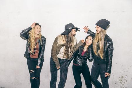 reir: Grupo de muchachas felices ríen y que se divierten al aire libre