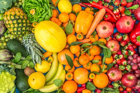 Kleurrijke mix van groenten en fruit achtergrond - Assortiment van verse en natuurlijke voeding op kleur gesorteerd