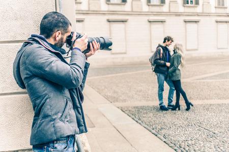 Reportero fotografiar una famosa pareja vip en una cita romántica - detective indagar en una traición pareja