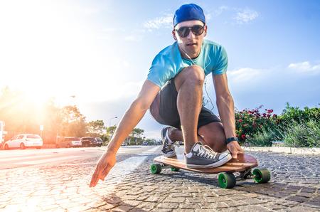 Coole Skater einen Stunt auf seinem Skateboard tut Standard-Bild - 52140866