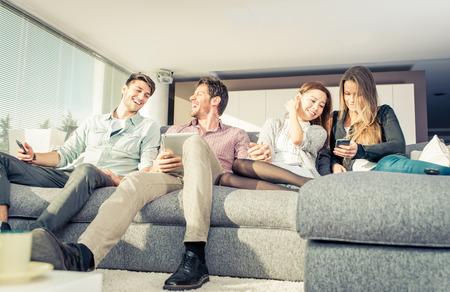 Groep vrienden die plezier hebben en samen thuis samen gaan
