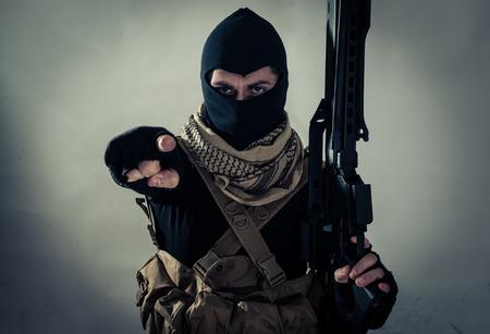 hombre disparando: países occidentales amenazantes terroristas en una cinta. Concepto sobre el terrorismo y la guerra híbrida