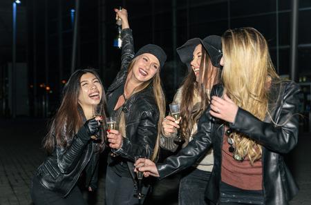 razas de personas: Cuatro chicas haciendo fiesta al aire libre en la noche