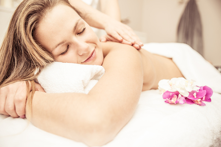 massage: Frau, die Massagen in einem Beauty-Salon