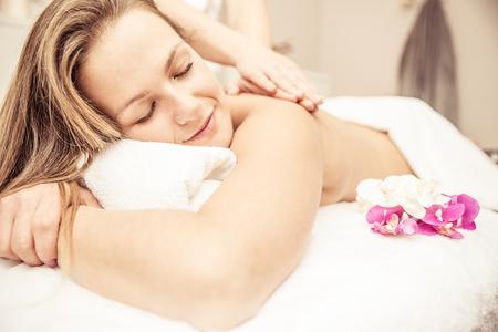 kobieta podejmowania masaż w salonie kosmetycznym z