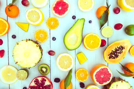 frutas tropicales: Mezcla de frutas de colores sobre fondo blanco de madera - Composición de frutas tropicales y mediterráneos - Conceptos sobre la decoración, la alimentación saludable y el fondo del alimento Foto de archivo