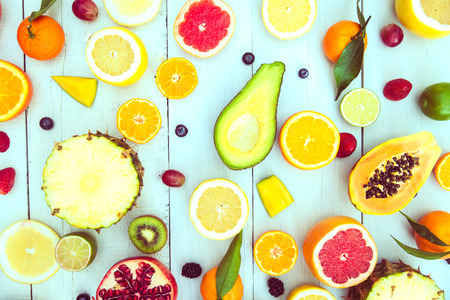 Mix van gekleurde vruchten op witte houten achtergrond - Samenstelling van tropische en mediterrane vruchten - concepten over decoratie, gezond eten en voedsel achtergrond