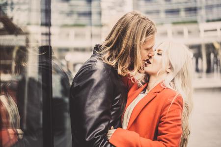 parejas amor: Pareja de enamorados besándose en una cita romántica - Retrato de los amantes en un principio de una relación, mirada de la vendimia filtrada