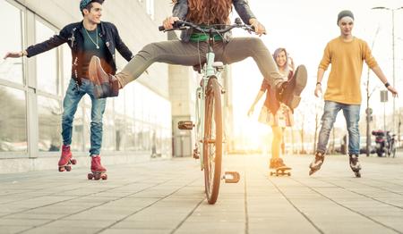 Grupa aktywnych nastolatków w mieście. Cztery nastolatki podejmowania aktywności rekreacyjnej na obszarze miejskim